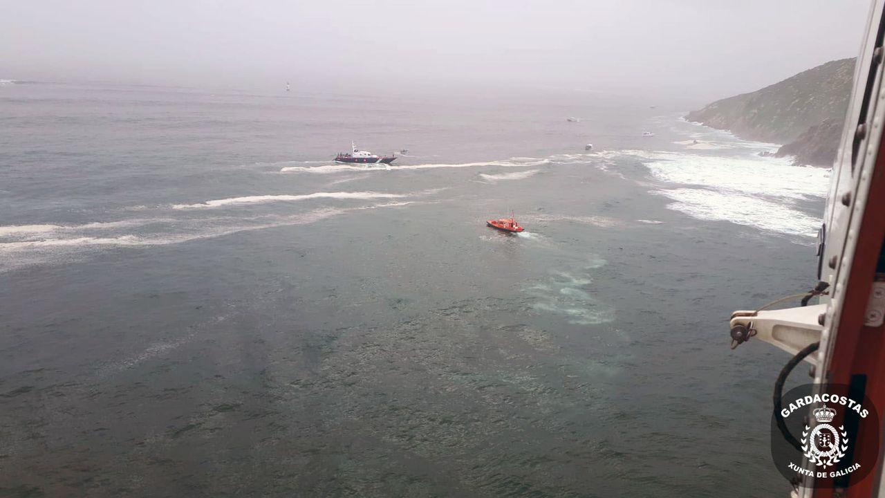 Los supervivientes del naufragio desembarcaron de la patrullera de la Guardia Civil en Portonovo