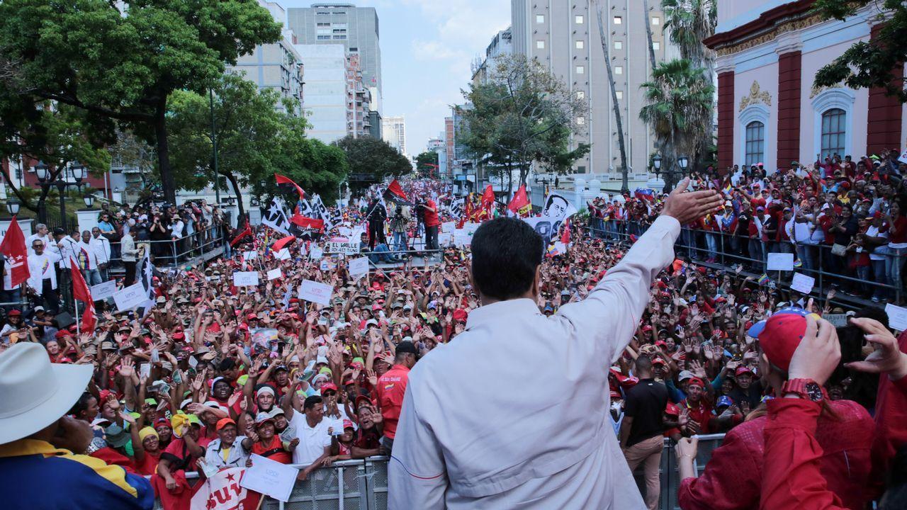 Escuela de Asturianía.Los seguidores del chavismo marcharon el sabado hasta el palacio presidencial de Miraflores en Caracas donde fueron recibidos por Maduro