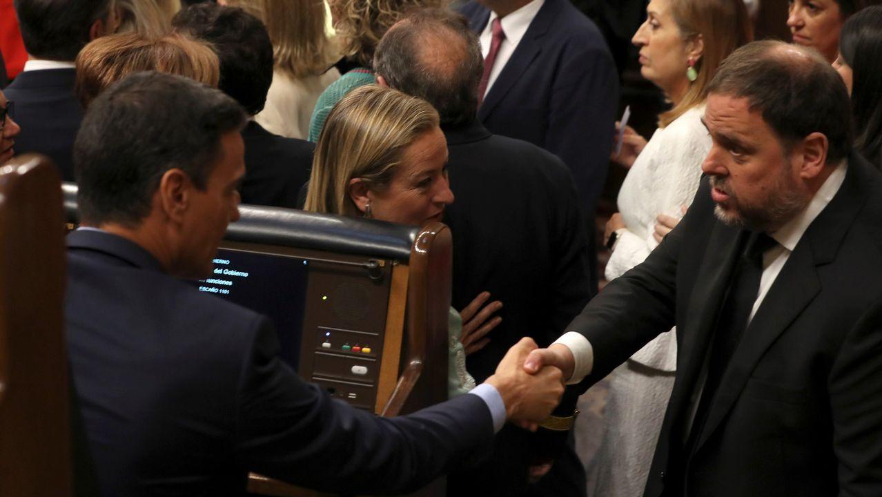 Gritos de fuera y aplausos para recibir en el hemiciclo a los políticos presos.El número dos del PSOE por Burgos, Agustín Javier Zamarrón, preside la Mesa de Edad del Congreso