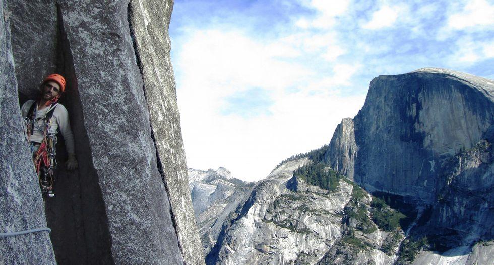 Imágenes de un descenso a la sima de Aradelas.En el costado izquierdo de la pasarela se observa como el agua baja entre las rocas.