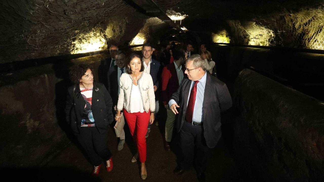 La ministra de Industria, Comercio y Turismo, Reyes Maroto (c), y el presidente del Grupo Hunosa, Gregorio Rabanal (d), durante la visita que realizó hoy lunes al Ecomuseo Minero Valle Samuño