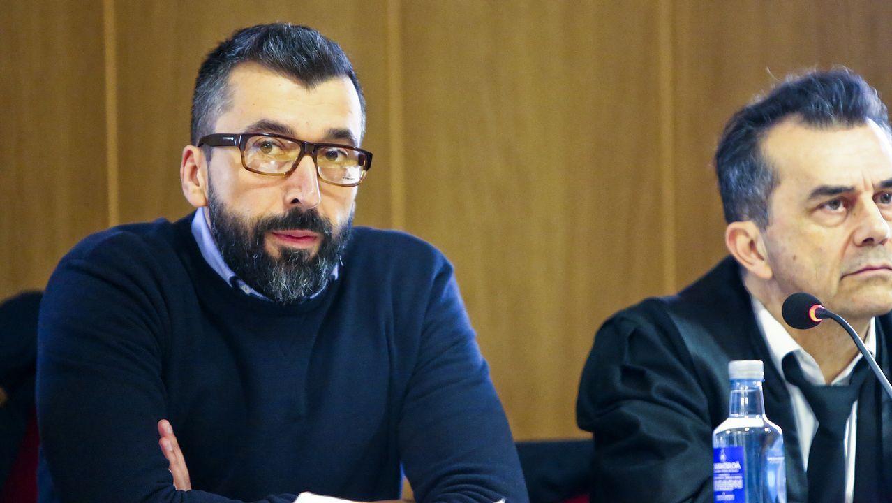 El acusado, junto a su abogado, en una sesión del juicio que se celebra en Vigo