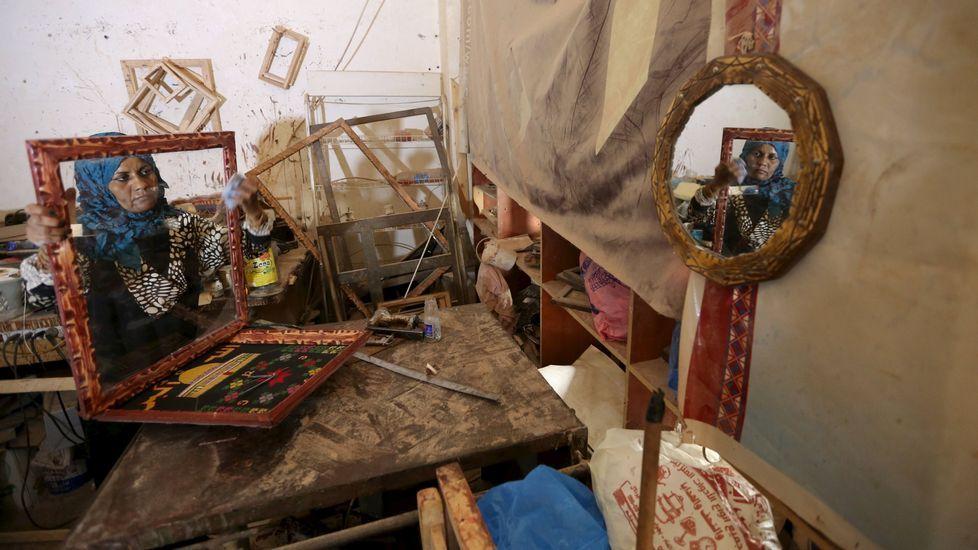 Una habitante de Gaza que sobrevive vendiendo marcos en el mercado.