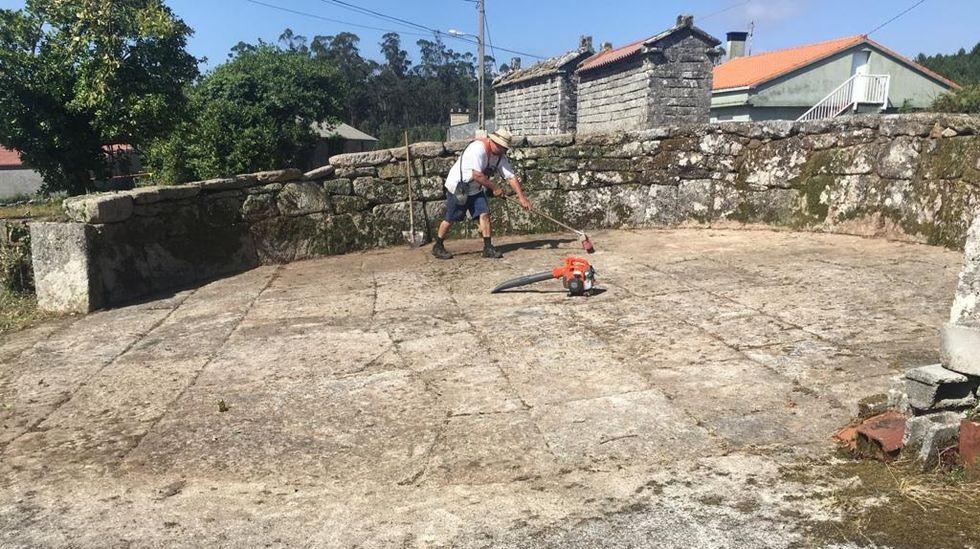 José Villar, recén chegado de Suíza, limpa a Eira do Vilar