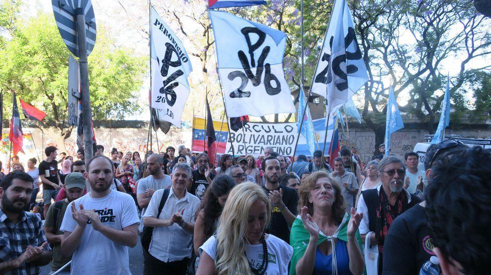 Protestas frente a la embajada de Venezuela en Buenos Aires en contra de la suspensión.