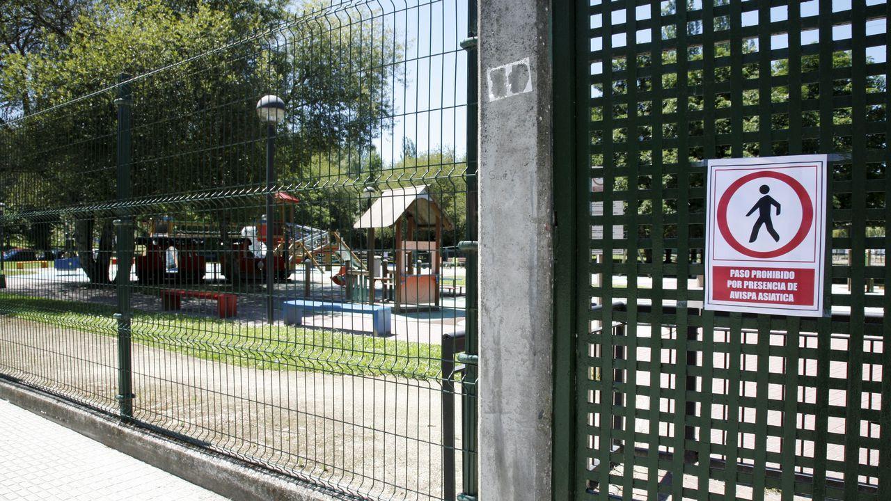 Desembarco de cruceristas en A Coruña.La zona de juegos del parque del Pasatiempo, cerrado por la presencia de la avispa velutina