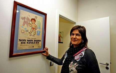 Christian Grey.Rosa Campos, ante un cartel de una anterior campaña del CIM sobre igualdad.