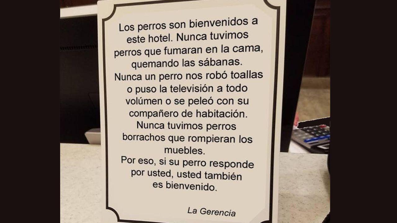 Cartel en favor del alojamiento de perros de los apartamentos Monterodiles