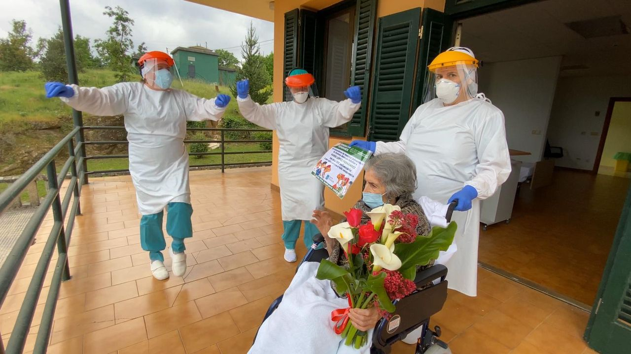 Cumpleaños centenario de María López en el hospital de Piñor.Los trabajadores están preocupados por el aumento de la conflictividad