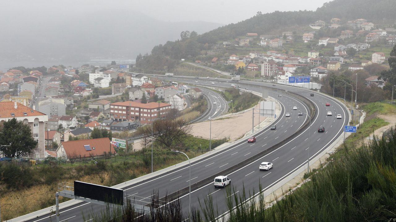 Chapela está desde hace años dividida por dos carreteras, dos vías del tren y la autopista AP-9