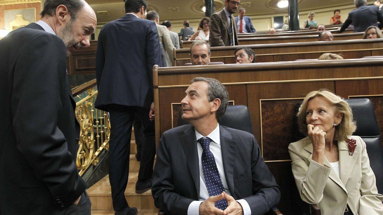 Alfredo Péreaz Rubalcaba, José Luis Rodriguez Zapatero y Elena Salgado conversan, el 30 de agosto del 2011, antes del debate del pleno del Congreso en el que se aprobó la reforma del articulo 135 de la Constitución para garantizar el pago de la deuda
