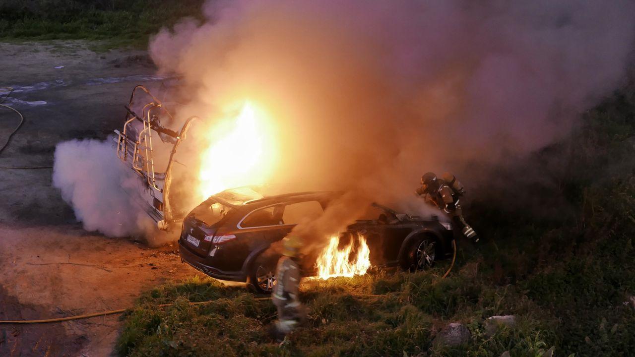 El fuego en una caravana aparcada en Outariz pasó a otro vehículo estacionado