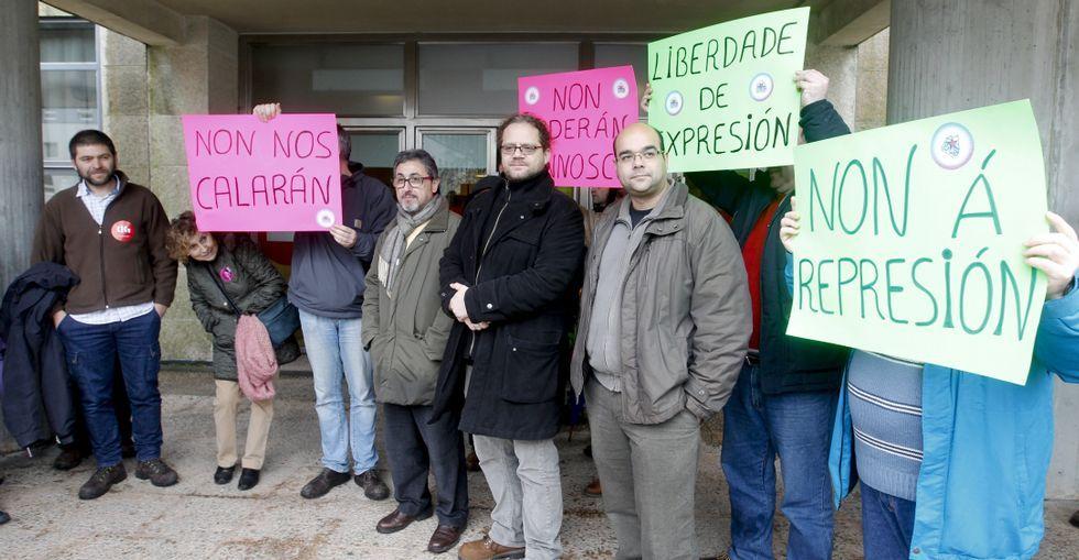 Dirigentes nacionalistas durante la concentración convocada ayer frente a los juzgados.