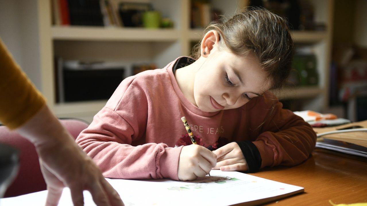 Una niña gallega estudia en su casa, tras el cierre de los colegios el 16 de marzo