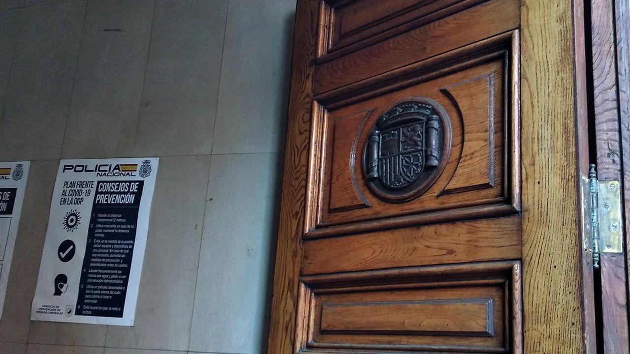 Así es el pazo.Escudo republicano en una de las puertas exteriores de la Jefatura de Policía de Oviedo, que era la sede del gobernador de Asturias cuando estalló la Guerra Civil