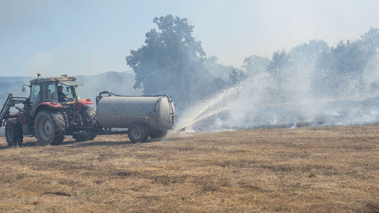 Vecinos de la parroquia de Seoane utilizan cisternas de purín para atajar las llamas