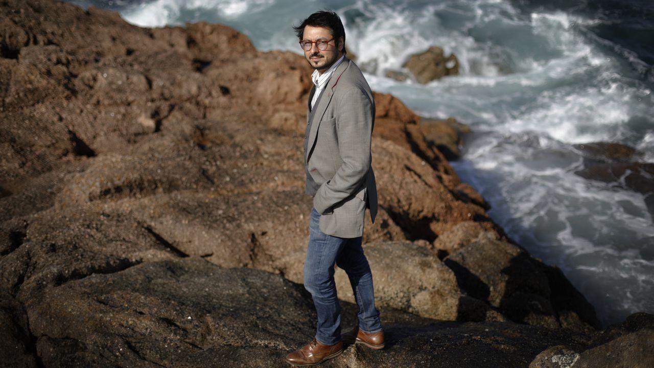 O selo Xerais celebra cunha nova edición revisada os trinta anos da primeira novela de Manuel Rivas. .Antonio Lucas junto al mar de A Coruña