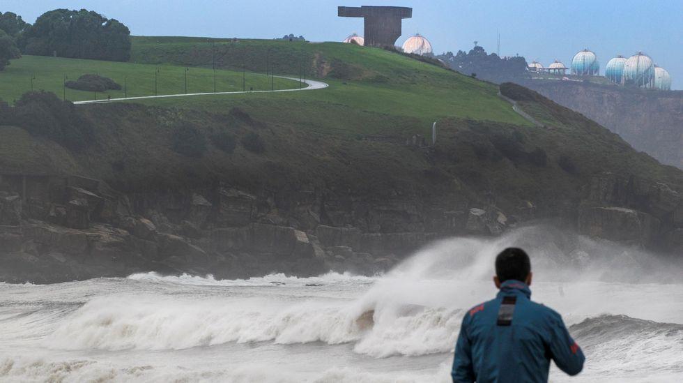 Gijón durante un temporal con fuerte oleaje.