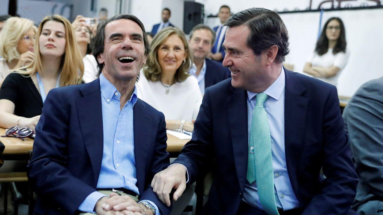 Casado renueva cúpula y le cierra a Sánchez todas las puertas.Jose María Aznar conversa con el presidente de la CEOE, Antonio Garamendi, antes de pronunciar la conferencia de clausura del curso de verano de la Fundación Faes en El Escorial, Madrid.