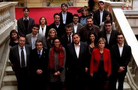 El Gobierno recurrirá ante el Constitucional el euro por receta.Los parlamentarios de ERC posaron ayer en la escalinata de la cámara catalana.