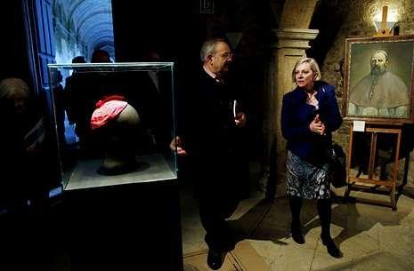 El presidente del Consello da Cultura Galega, Ramón Villares, guía a la embajadora de Australia en España, Jane Hardy, por la exposición dedicada a fray Rosendo inaugurada ayer en Santiago.