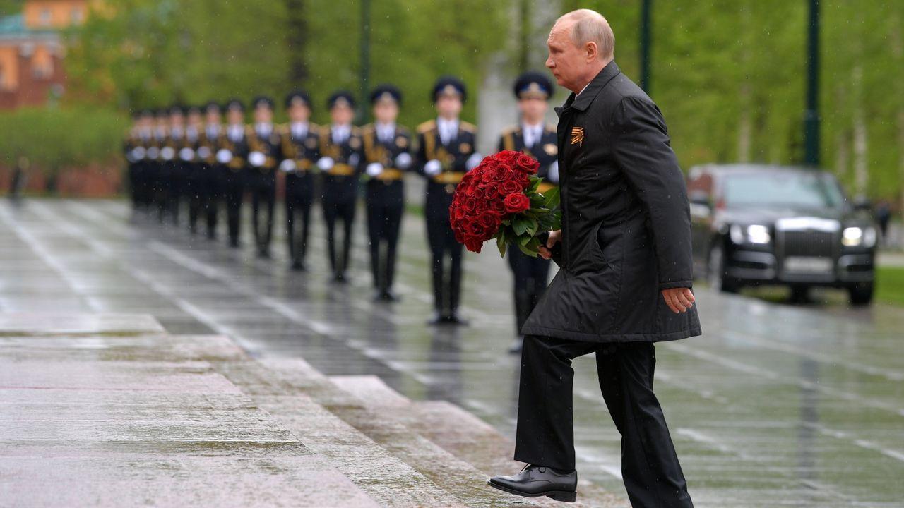 El presidente ruso, Vladimir Putin, participa en una ceremonia de colocación de flores en la Tumba del Soldado Desconocido el Día de la Victoria, en Moscú