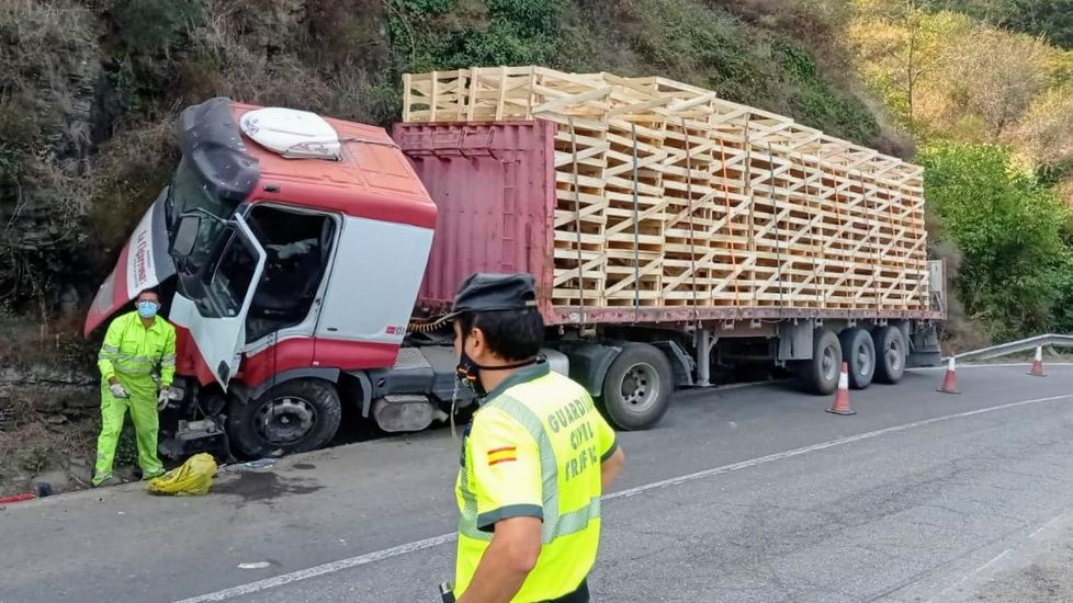 La Guardia Civil regula el tráfico en la zona del accidente