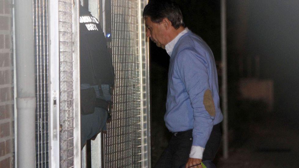 Así funcionaba la presunta trama de Ignacio González para desviar fondos del Canal de Isabel II.Ignacio González, a su llegada anoche a la Comandancia de la Guardia Civil de Tres Cantos, Madrid