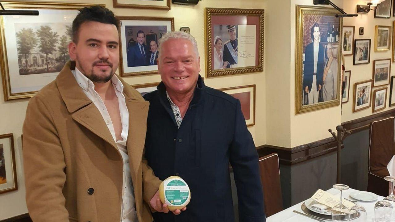 Barreiro y Louzao (de izquierda a derecha) prevén vender su queso por toda España