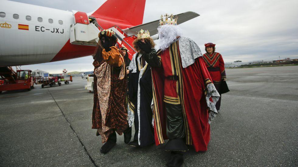 Los Reyes Magos en su visita al aeropuerto de Alvedro