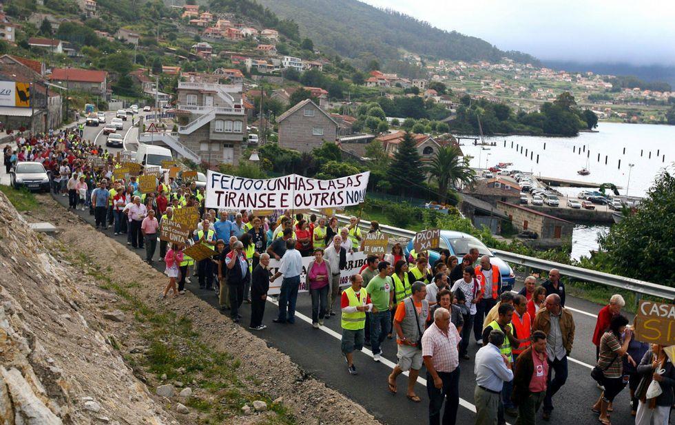 El Algarrobico, a un paso de ser demolido tras diez años de retraso.La reiterada movilización social -en la foto, Vilaboa- refuerza las peticiones de los Concellos a Costas.
