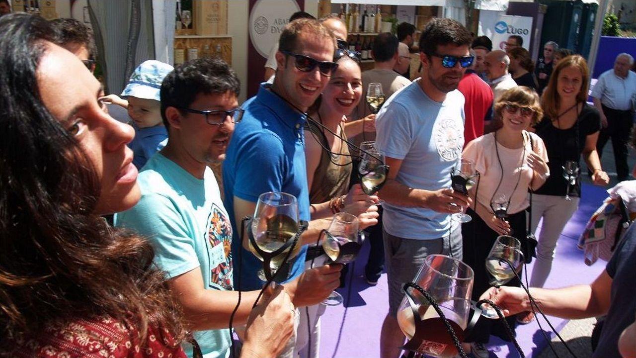 Las instalaciones y los productos de Gallaecia Delicatessen.Ambiente en las casetas en una de las últimas ediciones del Festival do Viño de Monforte