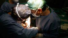 Cirujanos cardíacos operando en el Chuac
