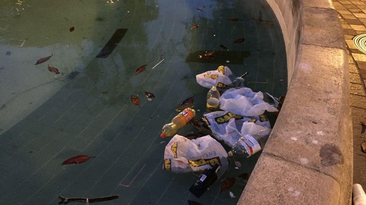 Los restos del botellón, aún presentes en el campus.Ricardo Fernández