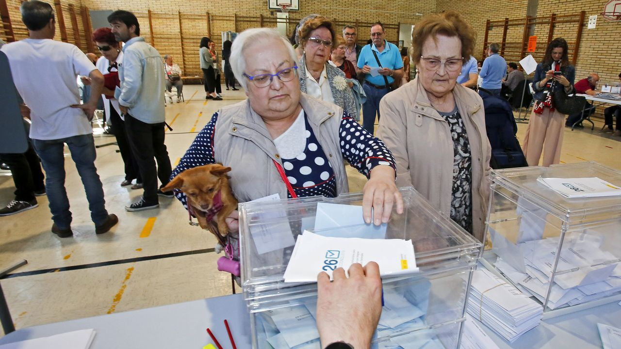 Abel Caballero celebra el resultado electoral en la noche de los comicios