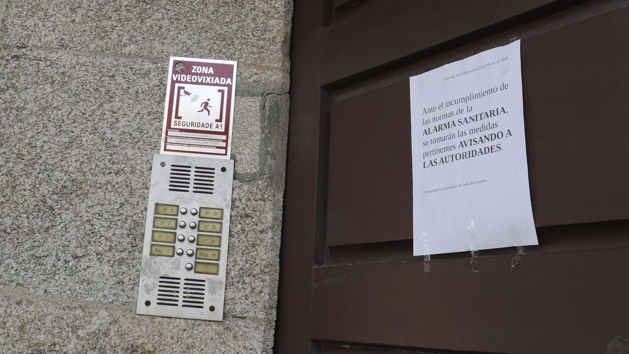 En el portal 16 de la avenida de Coímbra, donde los vecinos denuncian la existencia de dos narcopisos, han colocado un cartel advirtiendo que, por el estado de alarma, denunciarán a los toxicómanos si los ven en la calle