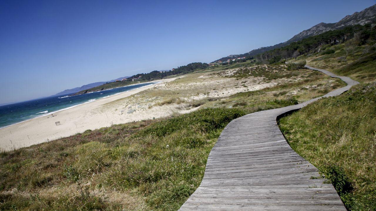 Los mejores paseos y sendas de Barbanza para caminar junto al mar.Desde ayer en las terrazas de la comarca se pueden sentar hasta un maximo de 15 personas por mesa
