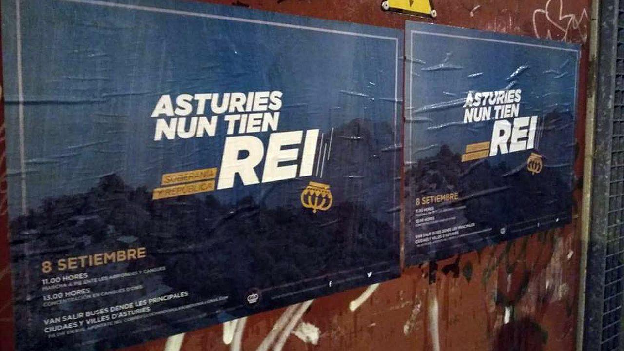 La autopista del Huerna.Cartel que anuncia la marcha entre Arriondas y Cangas de Onís para protestar contra la visita de los reyes