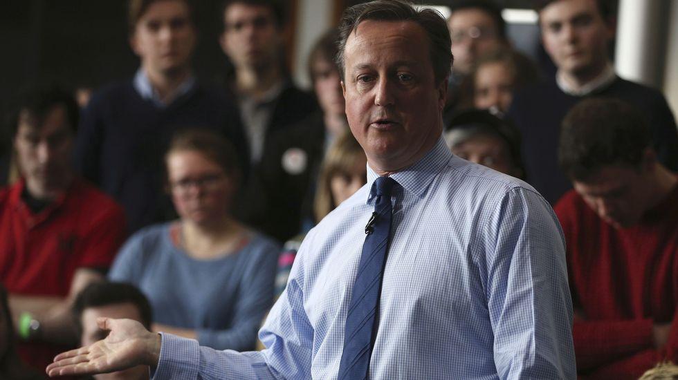 Protestas frente a la residencia de Cameron.El premier británico durante una intervención este jueves en la Universidad de Exeter.