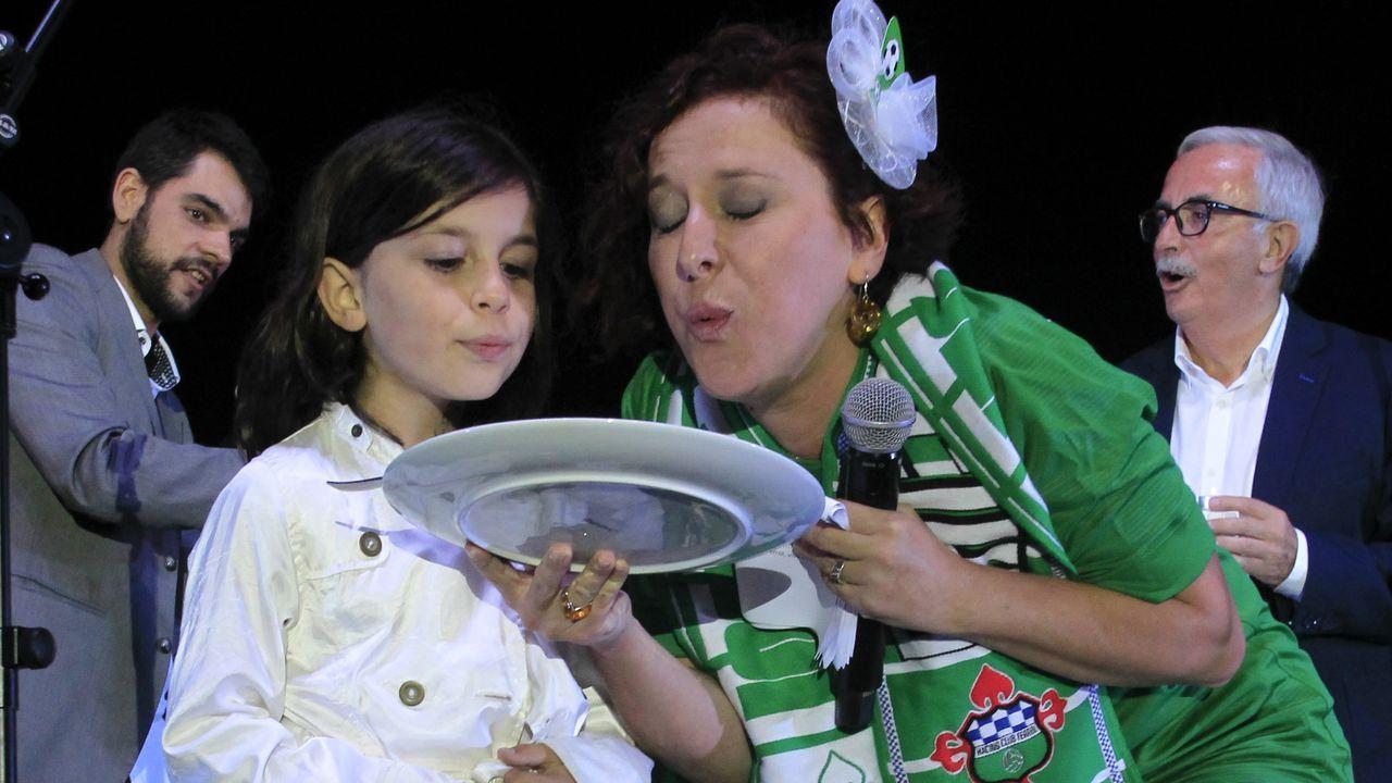 La pregonera Marián Bañobre, con su hija Cora