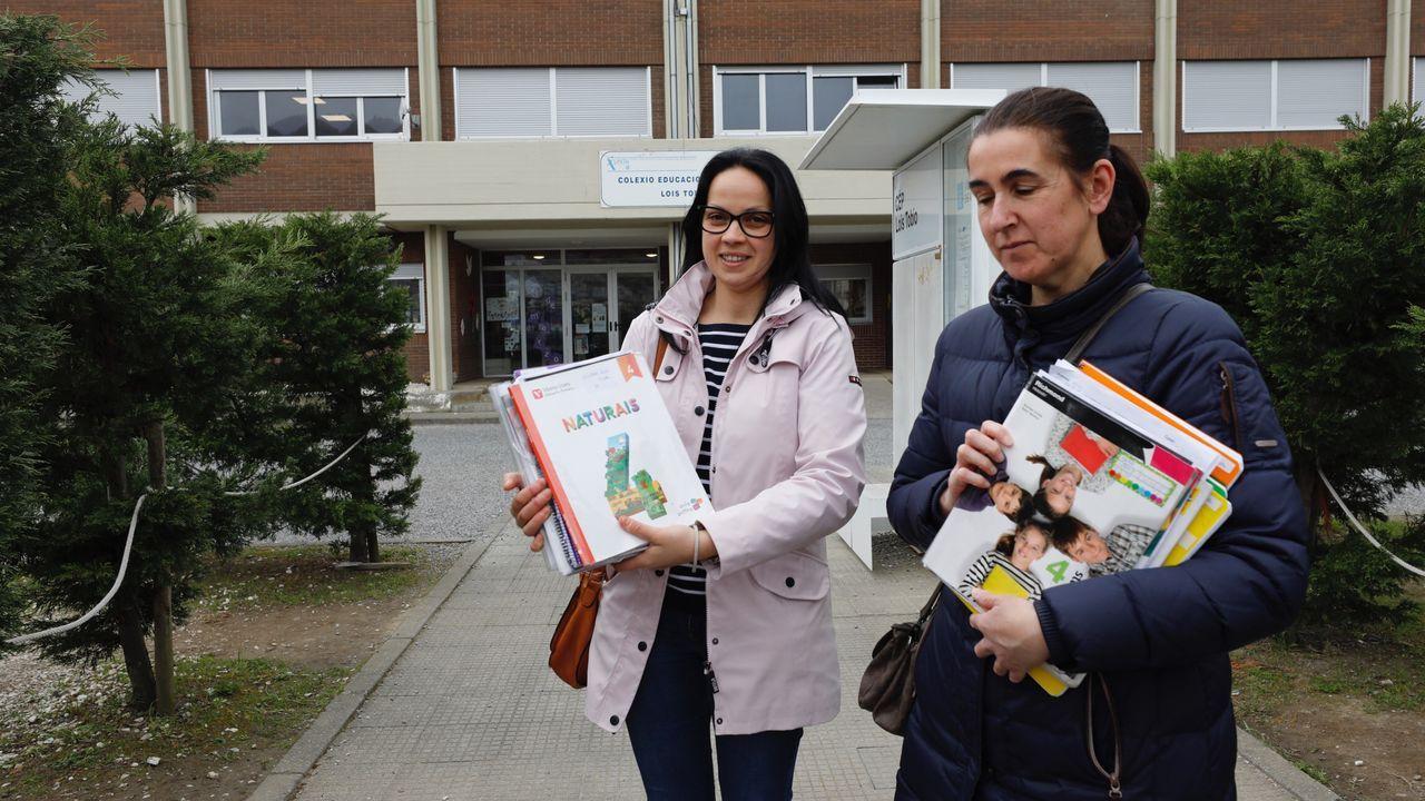 Dos madres recogen el material de sus hijo en el CEIP Lois Tobío de Viveiro para que sus hijos puedan estudiar desde casa