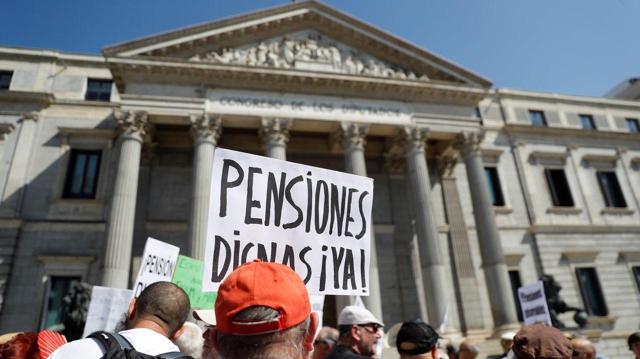 Tensa protesta de pensionistas a las puertas del Congreso.Concentración en defensa de las pensiones públicas en Gijón
