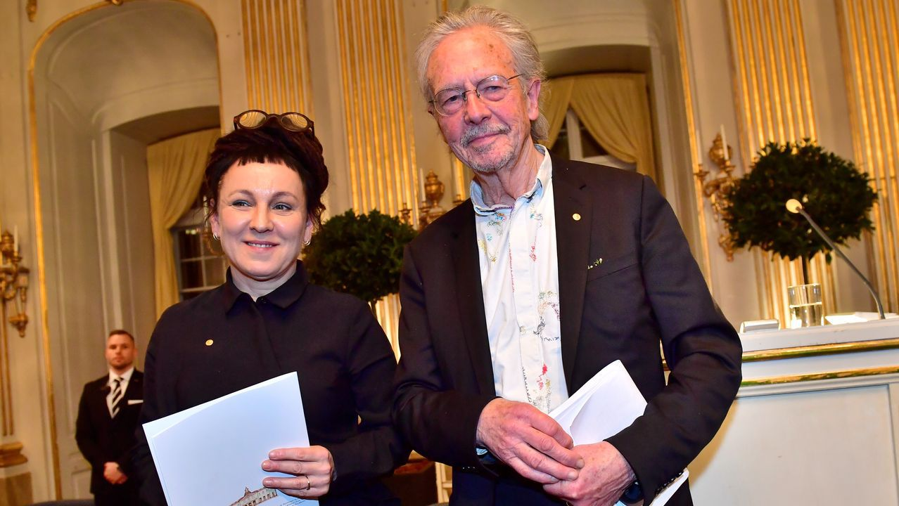 Emocionado encuentro entre un padre y su hija, tras ocho años separados.Tokarczuk y Handke, posando ayer en Estocolmo tras sus lecturas en la Academia Sueca de los discursos de aceptación del Nobel