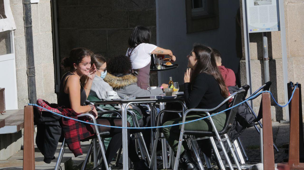 Gente en las terrazas en Betanzos