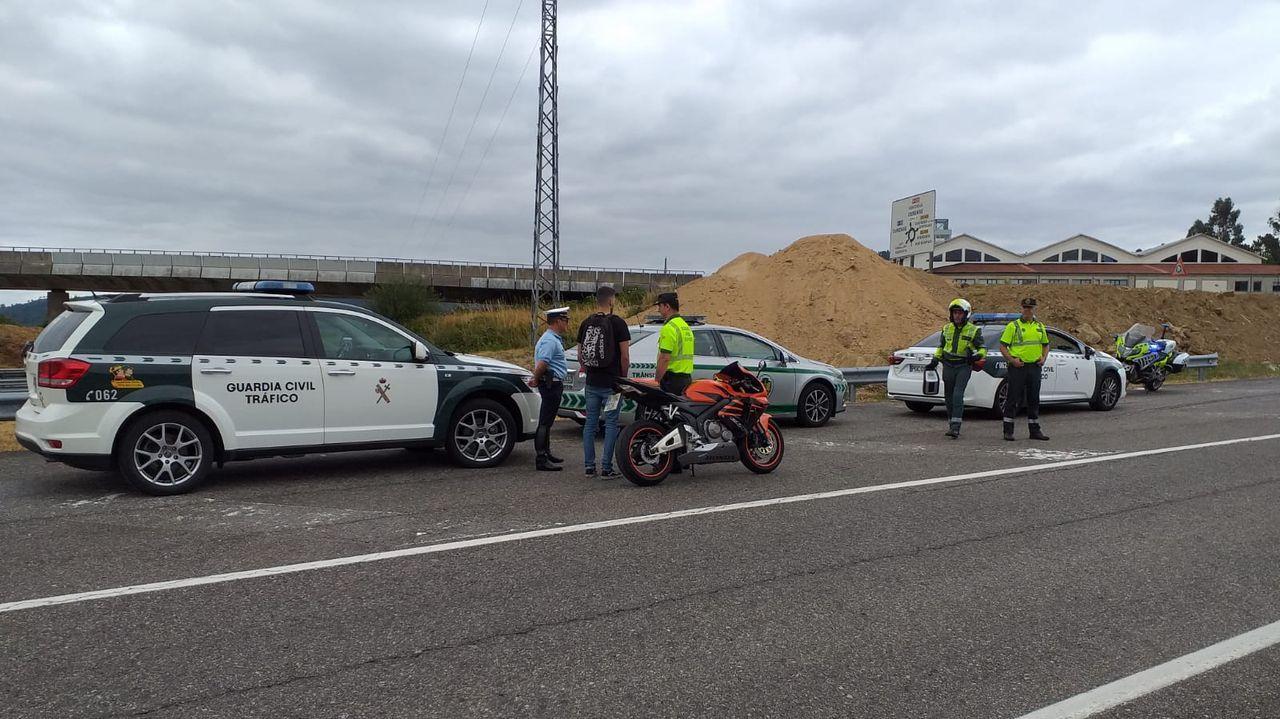 El motorista, junto a los agentes de la Guardia Civil de Tráfico y de la GNR portuguesa que lo interceptaron en la A-52 durante un servicio conjunto