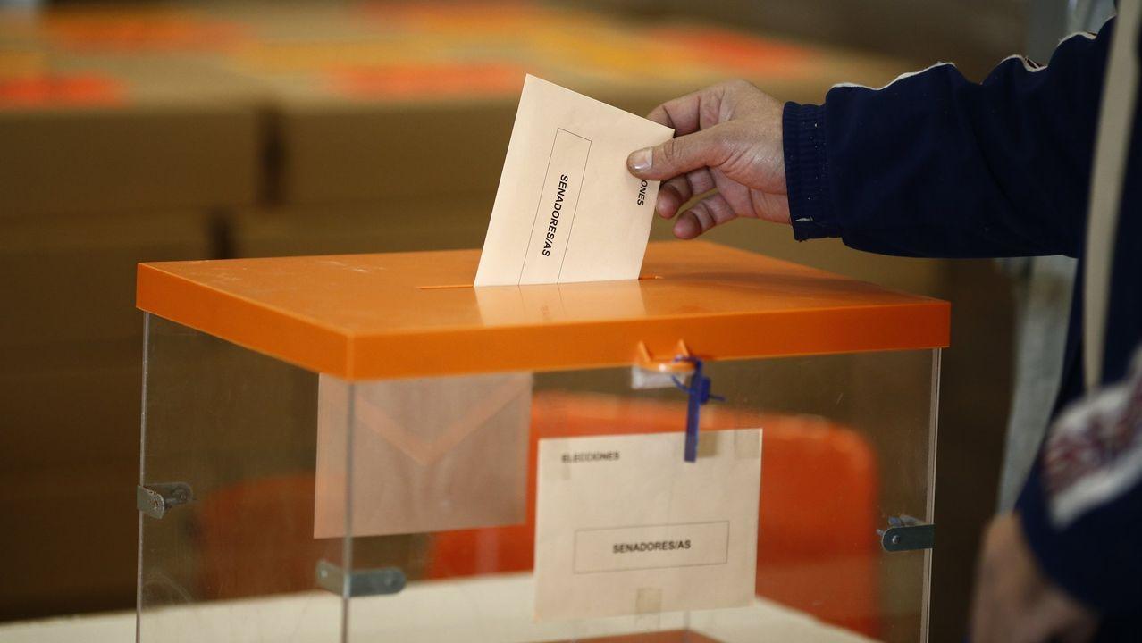 La encuesta del CIS da entre 133 y 150 escaños al PSOE.El candidato presidencial de Unidas Podemos Pablo Iglesias (c) durante un acto electoral celebrado este lunes en Oviedo