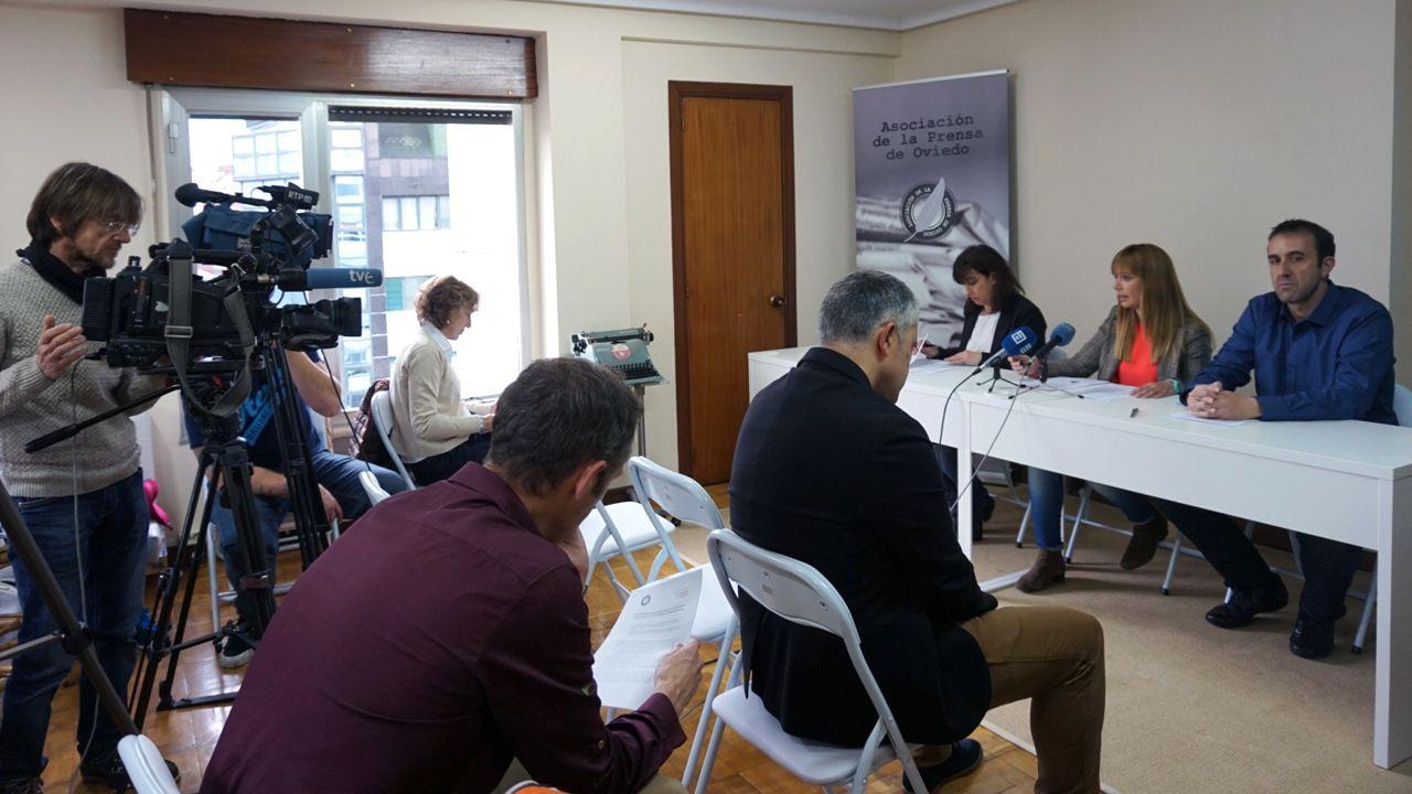 Uno de los logos de Forocoches, roto2.Blanca Gutiérrez, Lucía, Fraga y Ceferino Vallina, en la Casa de la Prensa, la nueva sede que comparten la Asociación de la Prensa de Oviedo y el Colegio Profesional de Periodistas de Asturias