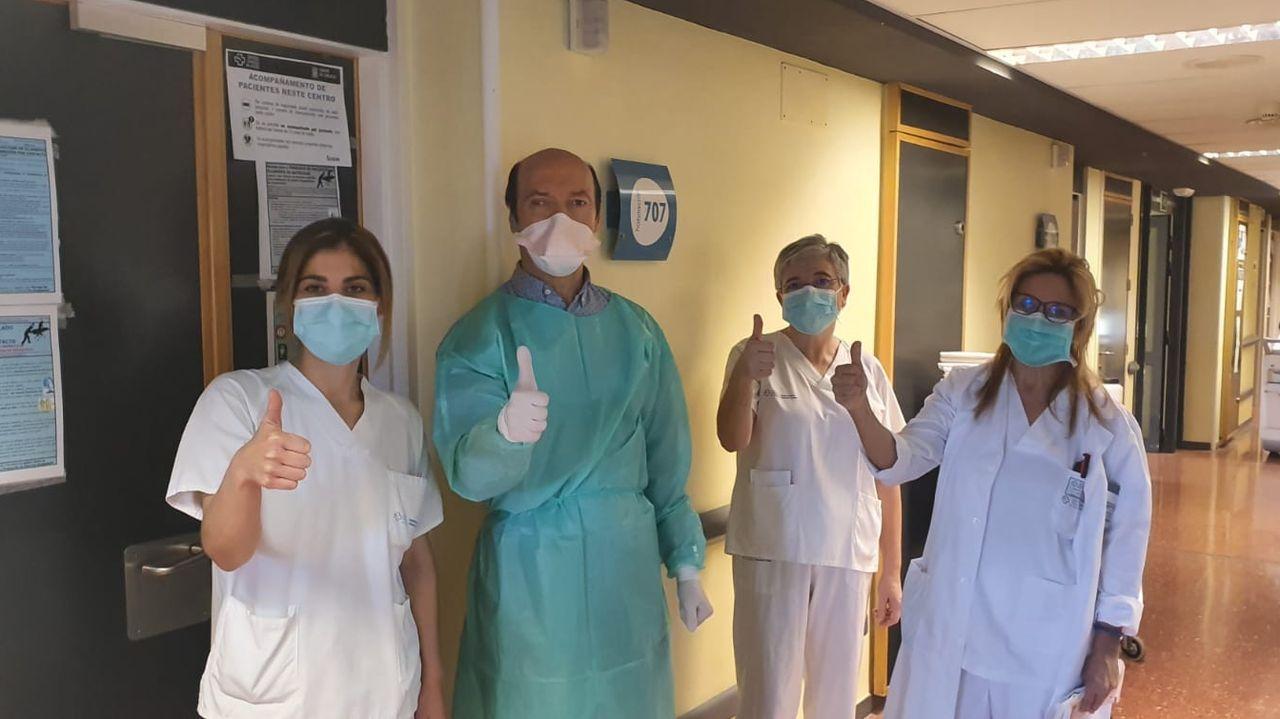 Tanto cariño se merece un aplauso.Trabajadores del servicio de Neumología del Chop celebran la primera alta hospitalaria de un paciente de 45 años con COVID-19