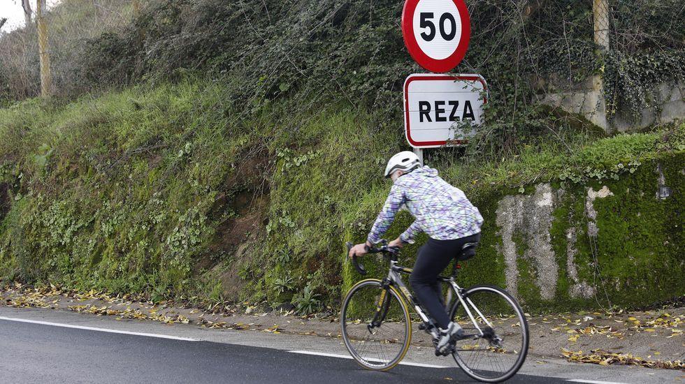 Los adeptos a las dos ruedas ya cruzan la ciudad.El uso del glifosato está muy extendido para controlar la vegetación en los márgenes de las carreteras gallegas