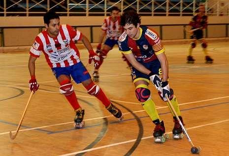 Marc Soler presionado por Martín Payero en una jugada.